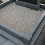 Засыпка могилы мраморной крошкой. Стоимость декорирования могильного цоколя мраморной крошкой - 3600 грн.