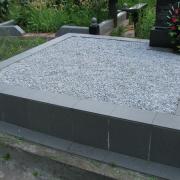 Благоустройство могил мраморной крошкой. Цвет крошки для засыпки цоколя - серый.