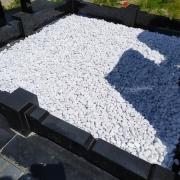 Фото крошки из мрамора. Оформление могилы крошкой.