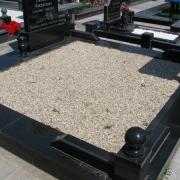 Фото засыпанной мраморной крошки в двойной цоколь из гранита на кладбище. Оформление могилы мраморной крошкой после изготовления памятника. Мешки по 50 кг., цена мраморной крошки 350 грн. Крошка из мрамора натуральная, не окрашена. Всегда имеется в наличии на складе в Киеве.