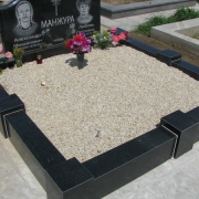 Оформление могилы мраморной крошкой; фото цоколя из гранита с засыпанной мраморной крошкой на кладбище. Благоустройство могилы мраморной крошкой по цене 350 грн. за мешок 50 кг. Постоянное наличие на складе в Киеве неокрашенной мраморной крошки.