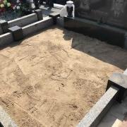 Благоустройство могилы. Засыпка песка и его планирование по периметру гранитного цоколя.