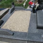 Засыпка мраморной крошки в цоколь из гранита; фото благоустройства могилы после изготовления памятника. Оформление могилы мраморной крошкой по цене 350 грн. за мешок 50 кг. Крошка натуральная, не окрашена. Всегда есть в наличии на складе в Киеве.