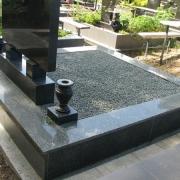 Гранитный цоколь на кладбище. Фото установленного цоколя на могилу. Благоустройство могил мраморной крошкой на кладбищах г. Киева сегодня. Доступная стоимость крошки из мрамора 250 грн. за мешок 20 кг.