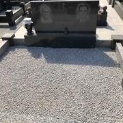 Фото благоустройства могилы. Продажа мраморной крошки для могилы -  со склада памятников в Киеве.