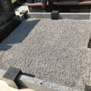 Благоустройство могилы фото. Засыпка могилы крошкой.  Купить крошку для могилы - можно со склада памятников в Киеве сегодня.