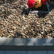 На фото благоустройство могилы после изготовления памятника. Оформление могилы гранитной крошкой; цветная крошка из мрамора засыпка в цоколь из гранита. Мраморная крошка производства Финляндии, натуральная, не окрашена; фасованная в мешки по 20 кг., доступная цена крошки из мрамора 250 грн. за мешок. Цвет мраморной крошки серый (морские камушки).