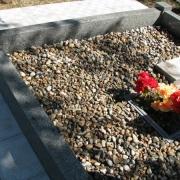 Фото гранитного цоколя на могилу; оформление могилы мраморной крошкой; засыпка мраморной крошки в цоколь из гранита. Цвет мраморной крошки: разноцветный (морские камушки), доступная цена крошки из мрамора 300 грн. за мешок 20 кг.