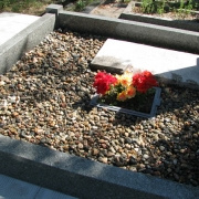 На фото цветной щебень на могилу; засыпка крошки из натурального мрамора в цоколь из гранита. Мраморная крошка натуральная, в мешках по 20 кг. фасованная. Цвет крошки серый, не окрашена. Доступная цена крошки из мрамора 250 грн. за мешок.