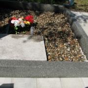 На фото благоустройство могилы после изготовления памятника. Цветная крошка из мрамора, фото засыпки цветной крошки после установки памятника. Мраморная крошка фасована в мешки по 20 кг., не окрашена; мраморная крошка по доступной цене 250 грн. за мешок. Цвет крошки серый (морские камушки).