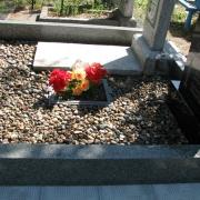 Оформление могилы мраморной крошкой; натуральная крошка из мрамора, не окрашена, цвет серый (морские камушки)  п -ва Финляндии, фасованная по 20 кг. в мешке, доступная цена мраморной крошки 250 грн. за мешок. Продажа крошки для засыпки могилы со склада в Киеве.