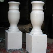 Фото вазы из мрамора для памятника на кубе . Высота мраморной вазы н=35 см. Размеры куба из мрамора: 20 х 18 х 18 см. Цена вазы из белого мрамора на кубике $200.