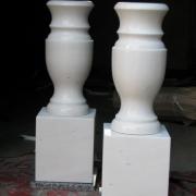 Фото вазы из мрамора для памятника на кубе. Размеры мраморной вазы: высота 35 см., Размеры мраморного куба - 20 х 18 х 18 см. Стоимость вазы из белого мрамора на кубике $200.