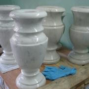 Мраморные вазы для памятника. Высота вазы из мрамора 30 см., продажа ваз для памятников из белого мрамора сегодня.