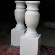 Ваза из мрамора для памятника фото на кубе. Высота вазы в мраморе Н=35 см. Размеры куба из мрамора: 20 х 18 х 18 см. Стоимость вазы из белого мрамора с кубиком $200.