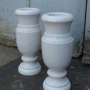 На фото вазы из мрамора для памятника. Купить вазу из мрамора в Киеве, можно в магазине Ритуальной скульптуры Александра Прядко. Фото ваз из белого мрамора перед установкой на кладбище.