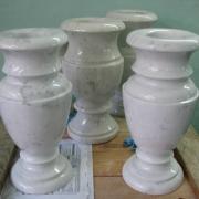 На фото вазы из мрамора; высота мраморных ваз. Цена на мраморные вазы $100.