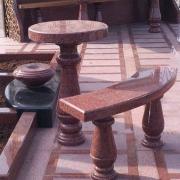 Ритуальный стол и лавка, установленные в элитном комплексе из красного гранита. Изготовление столов и лавок для кладбищ в Киеве, от ЧП Прядко.