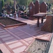 Изготовление и монтаж столов и лавок на кладбищах г. Киева. Ритуальный стол из красного гранита, установлен на Лесном кладбище.