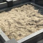 Благоустройство могилы. Снятие грунта с утилизацией всех растений внутри гранитного цоколя.