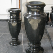На фото вазы из гранита. Размеры вазы для памятника: 40 см. Цена вазы из гранита 700 грн.