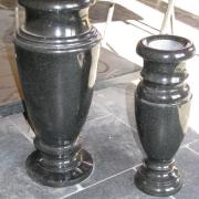 На фото вазы из гранита. Размеры ваз для памятника - 30 см., 40 см. цена вазы из гранита: 500 грн., 700 грн.